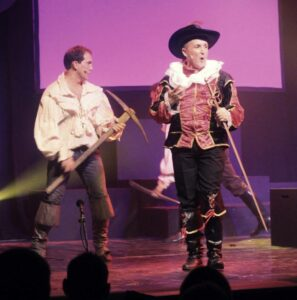 Gauche Chemise pirate 10 € Droite costume Ratcliff 25 euros